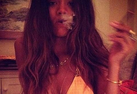 Rihanna, în bikini si cu jointul in mana!